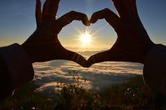 Finger del corazón con el sol Imágenes de archivo libres de regalías