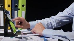 Finger del hombre de negocios que señala a la pantalla de a metrajes