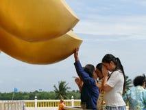 Finger del tacto de la gente de la estatua de oro grande de Buda Fotografía de archivo libre de regalías