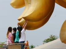 Finger del tacto de la gente de la estatua de oro grande de Buda Imagen de archivo
