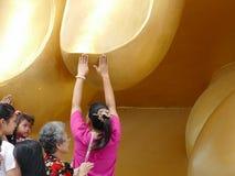 Finger del tacto de la gente de la estatua de oro grande de Buda Foto de archivo libre de regalías