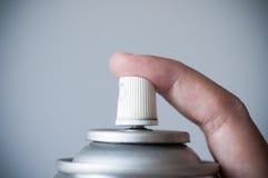 Finger, der Aerosolspray drückt Lizenzfreie Stockbilder