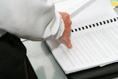 Finger, der auf die Wörter zeigt Lizenzfreie Stockfotos