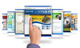 Finger, der auf Internet-Web site zeigt Lizenzfreie Stockfotos