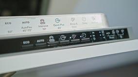 Finger, der an auf Knopf weg auf Spülmaschine drückt stock video footage