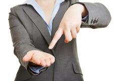 Finger, der auf leere Palme der Hand zeigt Lizenzfreies Stockfoto