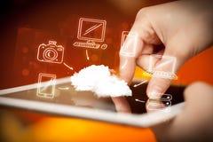 Finger, der auf Tabletten-PC, bewegliches Wolkenkonzept zeigt Stockfotografie