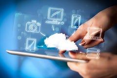 Finger, der auf Tabletten-PC, bewegliches Wolkenkonzept zeigt Stockfotos