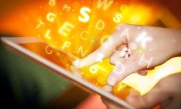 Finger, der auf Tabletten-PC, Buchstabekonzept zeigt Lizenzfreies Stockfoto