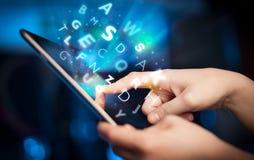 Finger, der auf Tabletten-PC, Buchstabekonzept zeigt Lizenzfreie Stockfotos