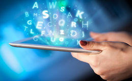 Finger, der auf Tabletten-PC, Buchstabekonzept zeigt Lizenzfreie Stockbilder