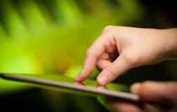 Finger, der auf Tabletten-PC mit leerem Raum zeigt Stockbild
