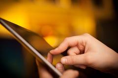 Finger, der auf Tabletten-PC mit leerem Raum zeigt Lizenzfreie Stockfotografie