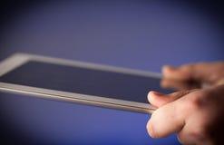 Finger, der auf Tabletten-PC mit leerem Raum zeigt Lizenzfreie Stockbilder
