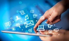 Finger, der auf Tabletten-PC, Social Media-Konzept zeigt Stockbild