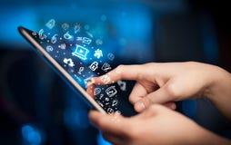 Finger, der auf Tabletten-PC, Sozialwerbekonzeption zeigt Lizenzfreie Stockbilder