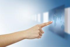 Finger, der auf virtuelle Weltkarte zeigt Lizenzfreie Stockbilder