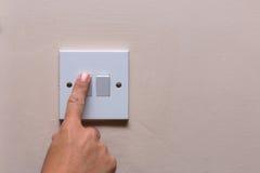 Finger, der das Licht abstellt, um auf Verbrauch zu speichern lizenzfreies stockfoto