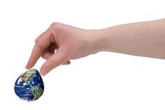 Finger der Frau, welche die Erde klemmen Stockbild