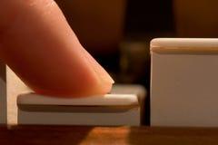 Finger, der Klavier-Anmerkung spielt Stockbilder