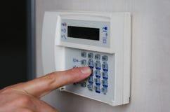 Finger, der Tasten auf Warnungstastatur drückt Stockbilder