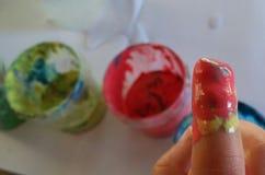 Finger des Babys mit Farben Stockfotografie