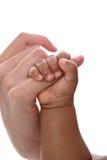 Finger des Schätzchen-Holding-Mutter getrennt Lizenzfreie Stockfotos