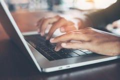 Finger des selektiven Fokus, der auf Laptop-Computer schreibt Stockfotografie