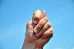 Finger des Steuerknüppels 2 oben an jemand Lizenzfreies Stockbild