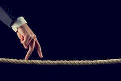 Finger, die über ausgefranstes Seil gehen Stockfotos