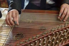 Finger, die arabisches Musikinstrument Qanon spielen Lizenzfreie Stockfotografie