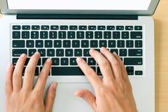 Finger, die auf Laptopschlüsseln, Draufsicht der Nahaufnahme schreiben stockbild