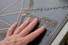 Finger, die Blindenschrift-Touristenkarte berühren Lizenzfreie Stockfotografie