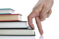 Finger, die Buchbuchtreppenhaus steigen Lizenzfreie Stockfotos