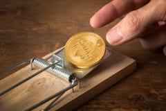 Finger, die für bitcoin in der Falle erreichen Stockfotos