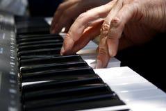 Finger, die Klavier spielen Stockfotos