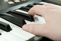 Finger, die Klaviertasten drücken Lizenzfreie Stockfotos