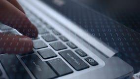 Finger drückt drastisch den Rücktastenknopf auf Laptop mit binärer Überlagerung stock video footage