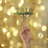 Finger eines Geschäftsmannpunktes, zum des Baums im Konzept von neuem YE zu grünen Lizenzfreies Stockfoto