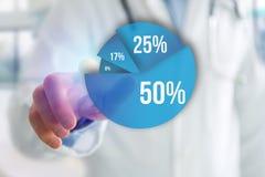 Finger eines Mannes, der auf eine blaue Übersichtsdiagrammschnittstelle - Technologie zeigt Lizenzfreies Stockfoto