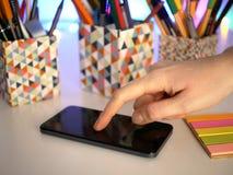 Finger en el smartphone Fotografía de archivo libre de regalías