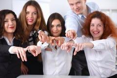 Finger för punkt för lag för grupp för affärsfolk på dig Arkivbild
