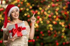 Finger feliz del punto de la sonrisa de la mujer que muestra el espacio vacío lateral de la copia, yo Fotografía de archivo libre de regalías