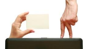 Finger gehen zu einer Visitenkarte in der Hand Lizenzfreie Stockfotografie