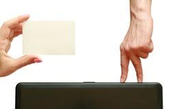 Finger gehen zu einer Visitenkarte in der Hand Lizenzfreie Stockfotos