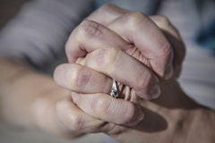 Finger gekreuzt für ein Gebet Stockbild