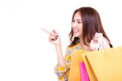 Finger hermoso atractivo del punto de la mujer que hace compras para copiar el espacio i imagenes de archivo