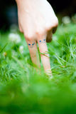 Finger im Gras Stockbild