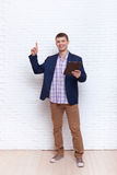 Finger joven del punto del hombre de negocios para copiar el espacio usando la tableta Imagenes de archivo