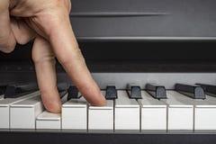 Finger klicken an die Klavierschlüssel lizenzfreie stockfotos